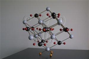 * 圖說:圖1.結晶質礦物的內部質點(原子、離子、離子團或分子等)在三維空間呈週期性的重複排列,圖為方解石(CaCO<sub>3</sub>)晶體內鈣、碳和氧原子的堆疊構造模型。* 作者:洪誌楀拍攝* 智財權:國立自然科學博物館