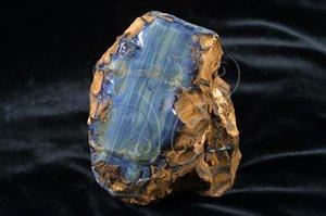 * 圖說:圖3.蛋白石內含有不定量的水分子(SiO<sub>2</sub>.nH<sub>2</sub>O),屬於非晶質礦物。* 作者:洪誌楀拍攝* 智財權:國立自然科學博物館