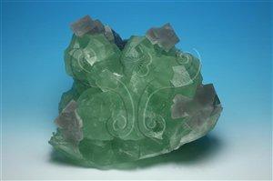 * 圖說:圖2.螢石在煉鋼或煉銅過程中,可作為助熔劑,它也可提煉氟,以製造氫氟酸,而無色透明的晶體,還可作為光學材料。* 作者:洪誌楀拍攝* 智財權:國立自然科學博物館
