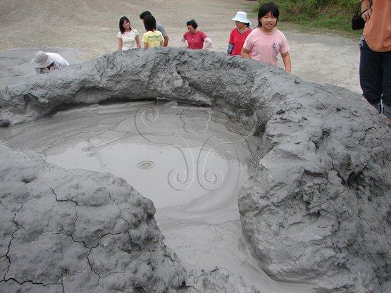 乌山顶泥火山具泥火山之圆形口垣及泥浆溢流缺口.
